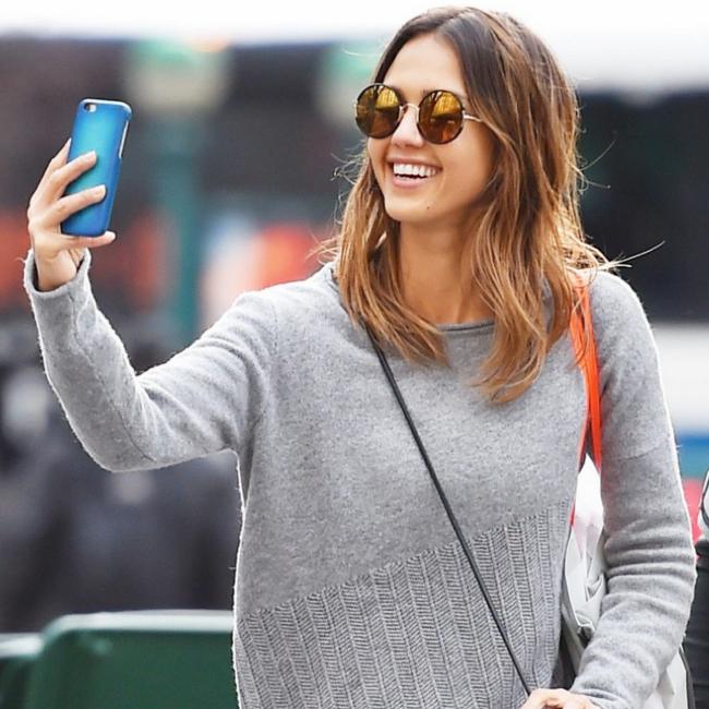 Jessica-Alba-Yetti-DCT-Selfie